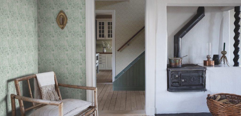 snyggt rum med grön tapetsering