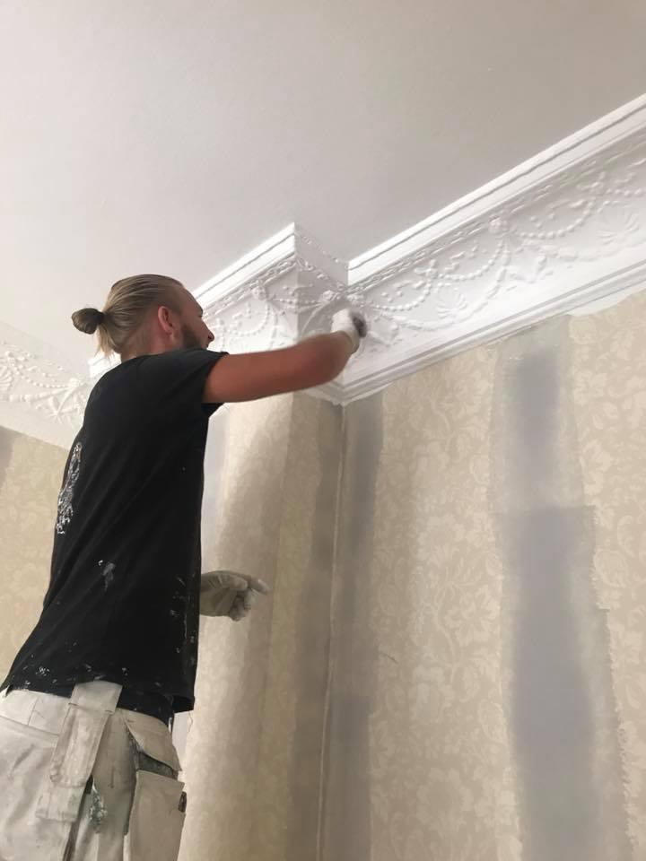 En av våra anställda utför inomhusmålning